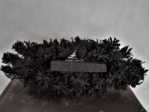 Czarny podłużny podkład pod stroik na cmentarz wykonany z gałązek łatwych do formowania