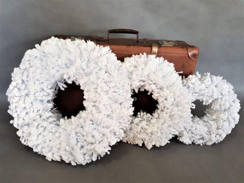 Białe wianki glamour piękne i puchate od białego śniegu totalnie bielusieńkie niesamowicie dekoracyjne