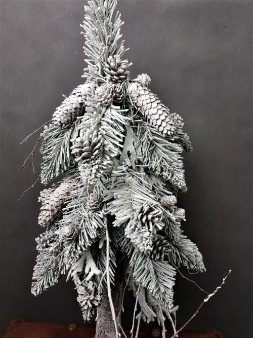szadziowa ośnieżona choinka na pniu z naturalnymi szyszkami nowoczesna dekoracja